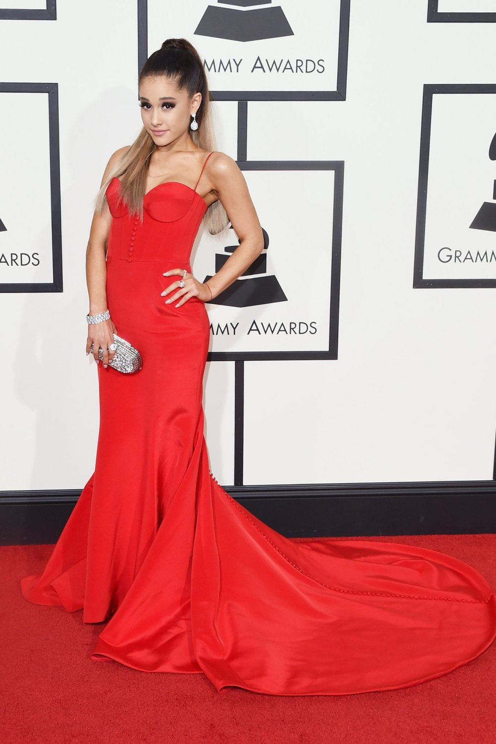grammys-red-carpet-37692-ariana-grande-superJumbo-v2.jpg
