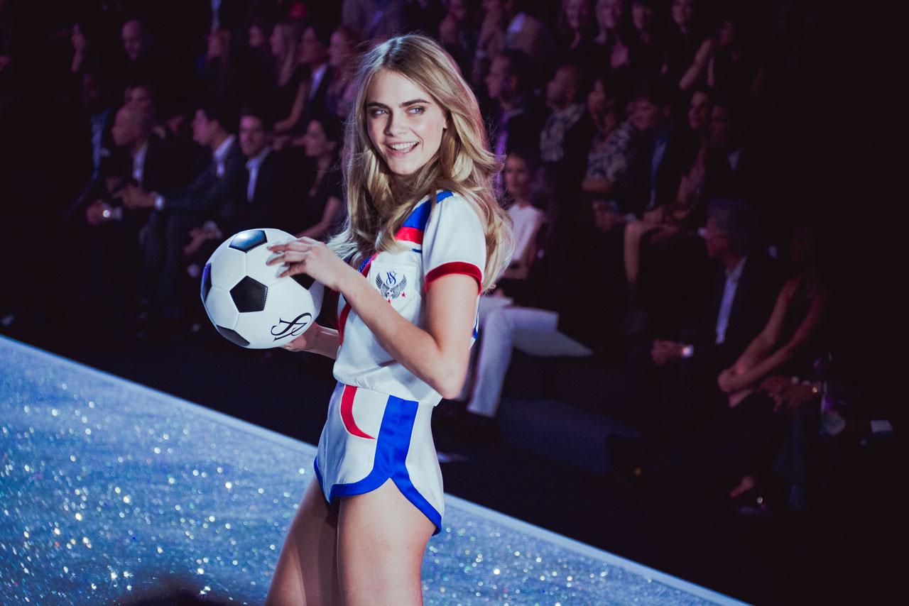Cara Delevingne ur 12 sierpnia 1992 w Londynie brytyjska modelka i aktorka Wystąpiła min w filmie Legion samobójców Delevingne jest wnuczką